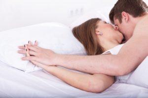 抱き合って寝ている恋人達