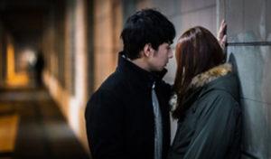 キスしようとしている男女