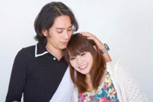 女性の髪に触れている男性