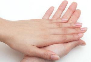 接触している男女の手